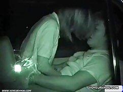 Linda adolescente flaca con tetas pequeñas divirtiéndose conmigo señoras de 40 años cogiendo en el coño en la webcam