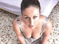 - La bebé latina Nicole le encanta follar señoras cojiendo en casa